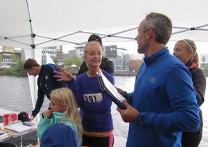 Johanna Svensson samlar löpargänget inför start.