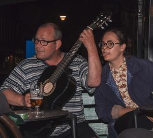 Taco Bar. Kvällens trubadur, och Lovisa Farkas. Foto: Fabian Zeidlitz