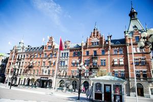 Apotekare Grahns hus och Holmströmska vid Stora Torget i Sundsvall - en del av den Stenstadsmiljö som skulle efterlikna Europas storstäder och symbolisera framåtskridande och modernitet.