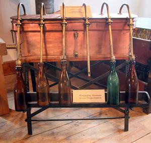 Ölmuseum Bryggerimuseet Arboga. Påfyllning. Flasktappning enligt gammal teknik. Foto: Peter Krüger