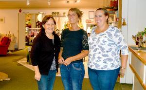 Marie Lidéns moster Agnetha Hölke (mitten) är butiksansvarig och Marianne Svennberg (till vänster) jobbar som försäljare och sömmerska.