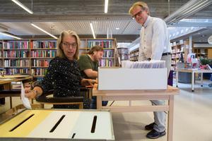 Lars Lundgren röstar på Stadsbiblioteket och hans tre röster tas om hand av Anna Hellberg. I bakgrunden Jonas Holmberg.