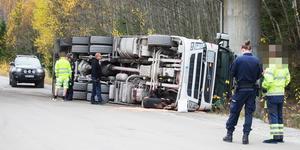 En kranbil körde in i tågbron vid Tvetaberg på onsdagen.