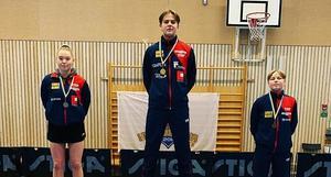 Casper Strindberg överst på pallen som segrare i Hj17/20. Till vänster Ida Hellström som tvåa i klassen Flickor 15 och till höger Dennis Larsson som trea i Pojkar 15.