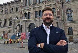 Erik Järmens framför Nationalmuseum i Stockholm. Foto: Rikard Nordström