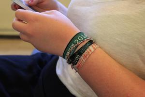 Hilde har sparat armbanden från de kristna lägren hon varit på.