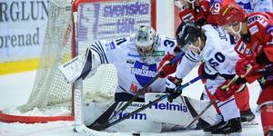 Det var under långa stunder Modo-forwards mot BIK-keepern Tim Juel. Bild: Robbin Norgren