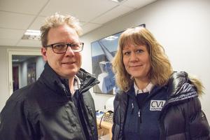 Jan Fagerström, näringslivsutvecklare, och Mia Eriksson, chef för Lärcentrum i Sandviken, planerar för en lokal utbildning för vindkraftstekniker.