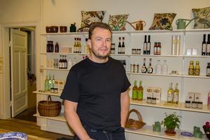 Thomas Vesterlund inne i den del av byggnaden som kommer att vara butik.