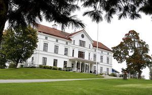Hussborgs herrgård. Här byggde Carl-Fredrik och Eva ett hus. Carl-Fredrik var som till prosten Johan Huss och brorson till den kände Vildhussen.