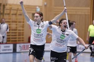 Oskar Fahlberg jublar tillsammans med Daniel Larsson efter att ha punkterat derbyt mot Wallvik med två snabba mål i den tredje perioden.