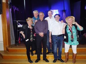 Sven-Rogers med Café Bergsgatans besättning. Främre raden Karin Vinter, Kenneth Nordwall (köket), Kjell Scherman, Lisbeth Winter. Bakre raden Inger Nordwall (köket), Per-Ove Ögren. Foto: Kjell Larsson