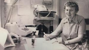 Violet Jansson jobbade 22 år som postkassörska i Väddö-Backa. Bilden är från den skrift om Violet och Gösta Jansson som bildats efter deras död.