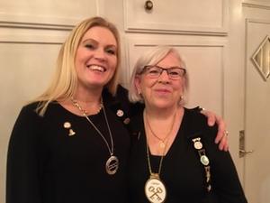 Lotta Magnusson övermästare i R 57 Browallia och Barbro Larsson, storskattmästare från Odd Fellows storloge i Stockholm var eniga om betydelsen av välgörenhetsarbetet. Foto: Ulla Samuelsson.