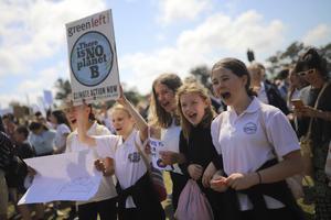 Världen över kräver miljontals ungdomar att politikerna ska agera mot klimathotet. I Australien deltog fler än 300 000 människor på fredagen.