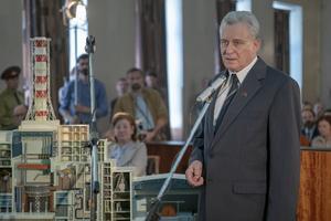 """Händelserna runt Tjernobylkatastrofen har fått nytt liv i och med HBO-serien """"Chernobyl"""". Stellan Skarsgård har Emmy-nominerats för sin gestaltning av Boris Sjtjerbina, mannen som ledde krisarbetet kring reaktorexplosionen. Foto: Liam Daniel/HBO via AP"""