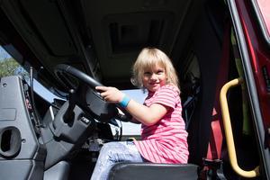Elwira Andersson testade att ratta den parkerade brandbilen.