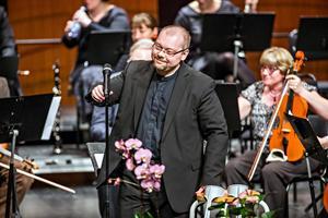 Niclas Blixt leder Södertälje symfoniorkester under en konsert 2016. Foto: Edis Potori