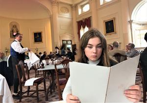 Frida Runnberg läser menyn. Engelsmännen kan sina saker när man beställer Sweet selection i The Grand Pump Rooms Afternoon Tea.