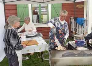 I Nöjden bjöds det, som vanligt, på kolbullar. Här är det Doris Nilsson (till vänster) och Britt Jonasson (till höger) som fixar maten. Foto: Gunnel Vejdeland
