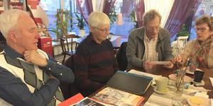 Torgny Åberg, Hans Davidsson, Hans Lijsing och Monica Lijsing lusläser allt material som de lyckats hitta.
