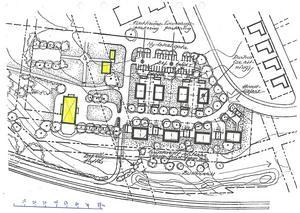 Så här ser Frimurarnas förslag för marken vid Igelsta gård (den stora gula rektangeln) ut. Till höger ses åtta parhus som ska ge 16 seniorbostäder och längs med infartsvägen ses en trädallé. I nederkant ses pendeltågsspåren.Skiss: Frimurarna
