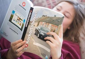 En 18-åring läser körkortsboken för att kunna ta körkort.Foto: Fredrik Sandberg / TT