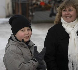 STÄMNING. Mamma Ingela Hammarlund, Sandviken, med sonen Jimmy var några av de tusentals besökarna som njöt av julstämningen på marknaden. Jimmy tyckte att godiset var det viktigaste.
