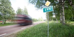 Deltagarna på Samhällsbyggnadsutskottets möte på måndagen var eniga om att det är bättre att rusta de vägar som finns än att dra om vägen förbi Sveg.
