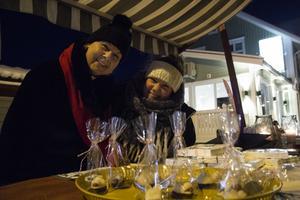 Stina Nordin och Maria Idänge från Järvsö församling sålde handstöpta ljus och chokladdoppade marsipangrisar till välgörenhet.