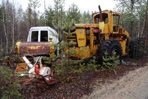 Traktorer, bilar med mera står och skräpar och förstör naturen.