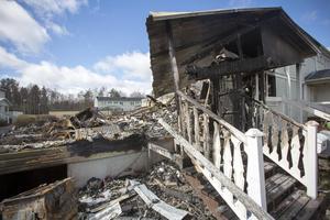 Nio av tolv radhus på Fredriksgatan 74 och 76 i Vallhov totalförstördes i branden i maj förra året.