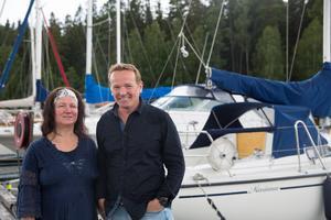 Maria Ekenhall och Mauritz Forsström framför båten Mariana som de köpte år 2000. De har båda varit medlemmar i Södertälje Båtsällskap sedan 1996 och Maria Ekenhall arbetar också i föreningen, som klubbmästare.