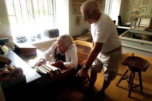 Gertrud Björk och Ingemar Nilsson från Fjugesta besökte på söndagen Laxå bruksmuseum för första gången och skrev sina namn i gästboken.