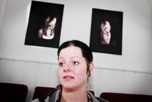 Sabina Gärdin ställer ut en serie foton där hon skildrar unga tjejers utsatthet.  Foto: Anna-Karin Pernevill