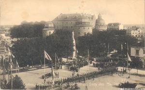 Senare under 1919, den 12 juni, genomfördes under pompa och ståt avtäckningen av Karl XIV Johan-statyn.  Notera alla träd som växte runt omkring statyn. De flesta är borta sedan länge. Foto: Örebro stadsarkiv