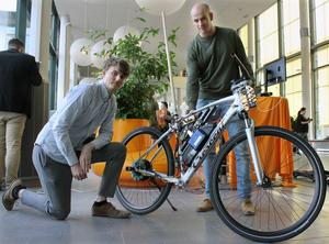 Tom Andersson och Niklas Persson är snart färdiga civilingenjörer i robotik. Sedan ska Tom börja jobba på ett konsultföretag. Niklas hoppas få jobb på Mälardalens högskola.
