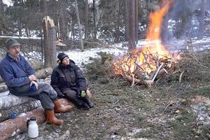 Wanda och Bengt Eklund på Stomnarö har kapat och eldat mycket av det som fälldes av stormen Alfrida. Morgonen efter stormens framfart fick de börja med att röja alla vägar som var blockerade av fallna träd på ön. Sedan kunde de leta efter sina får som inte syntes till. – Vi hörde ett bräkande under en massa tallar, säger Wanda Eklund.
