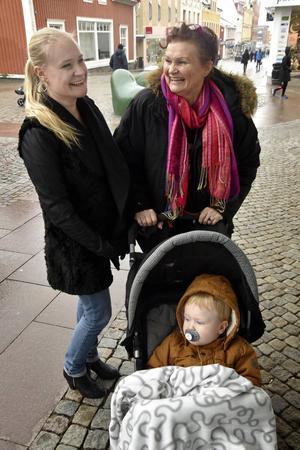 Camilla Persson, Hörnett, föredrar att fika hemma hos vänner och kompisar, svärmor Karina Persson, Husum, går hellre på något kafé på stan. I vagnen Loke Persson, 1,5 år.