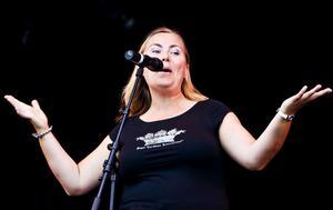 Anita Jacobson, vinnare av årets poetry slam-tävling vid poesifestivalen i Härnösand, i full gång som estradpoet.