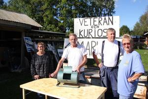 Anna-Lisa Persson, Bo Beijergård, Lennart Persson och Carin Årdahl Persson har laddat för Sörängs traditonella veteran- och kuriosamarknad.