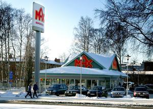 Bilar står uppradare utanför en av Max många restauranger.