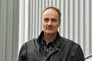 Det som förvånar är att Göran Wåhlstedth och Vänsterpartiet gör ett förslag om utredning av kränkningar i skolan och skolbyten till ett krav framfört i media, skriver skribenterna.