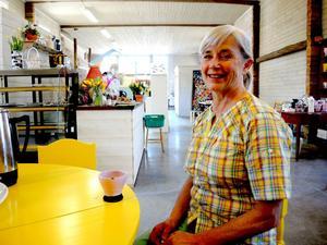 Efter att ha servat över 200 besökare med fika första dagen fick Minna Anliot en välbehövlig en liten paus med kaffe ur sonen och sonhustruns egentillverkade bröllopsservis.