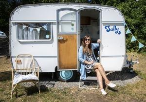 Karolina Brantås har sex husvagnar. Alla är modeller från 1960-talet som hon har renoverat för att få fram den tidstypiska charmen.Foto: Stefan Jerrevång / TT