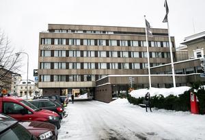 Röken uppstod när en laddare med batterier tog eld på ett hotellrum på tredje våningen.