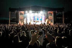 Vissa konserter och festivaler har lyckats fått ditt rejält med folk – ett exempel ses här från Galantis på Sensommar. Men på vissa håll är det trögt, menar nöjesredaktören Emma Kupari. Foto: Viktor Sjödin