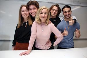 Några av eleverna i NA15B, som hyllade sin lärare Fredrik Nilsson på sitt studentflak. Från vänster: Ellen Malmgren, Daniel Norberg, Cathrine Ringdahl, Albin Sternö och Michael Gobraael.