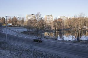2022 vill nya styret i Stadshuset börja exploatera Stora Hillänget. Enligt planförslaget kan det här ges plats för 19 villor och ett radhus.