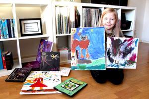 Iggy visar några av de alster som ingår i hennes kommande utställning.